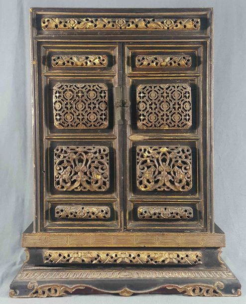 Decorative cabinet. Proably China, antique, 19th century. 45 cm x 36 cm x 15 cm.…