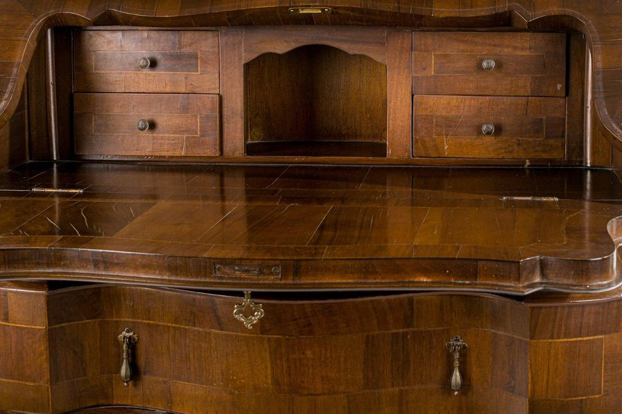 Trumeau veneered in burr walnutVenetian manufacture, second half of the 20th cen…
