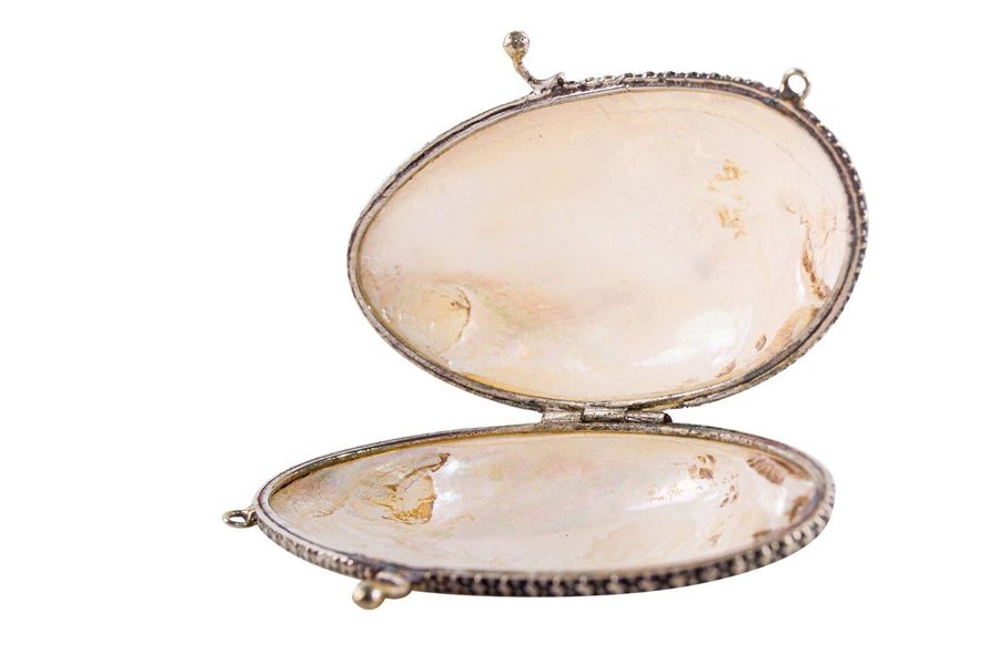 Lot of four mother of pearl objectsItaly, 1950stwo purses, a box and a crib, sma…
