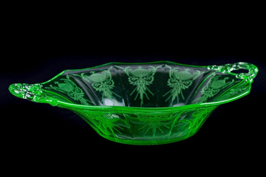 Centerpiece in ground glass20th centurygreen color, engravings with motif of sty…
