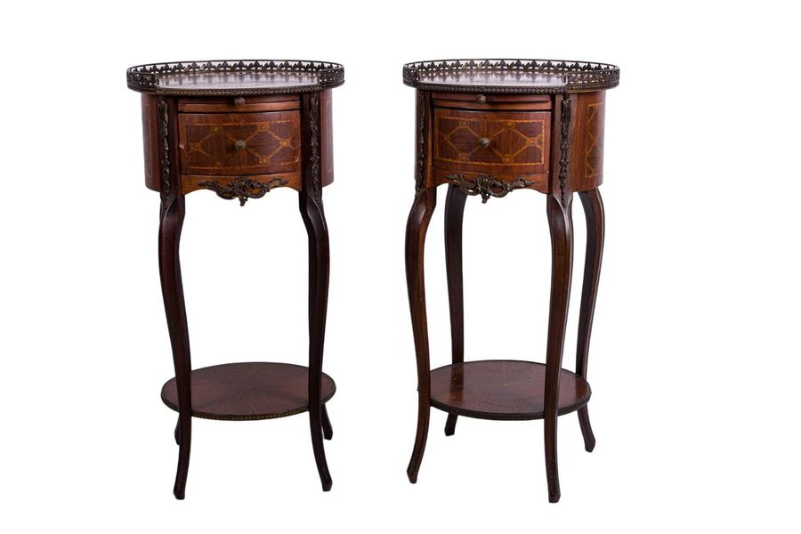Pair of mahogany wood bedside tablesFrance, early 20th centurywith geometric inl…