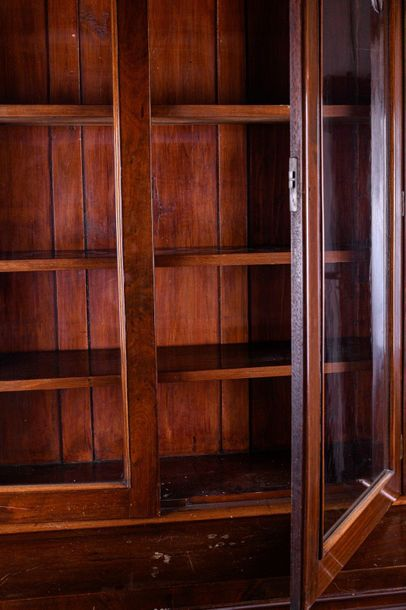 Bookcase in mahogany woodEngland, second half of the 19th centurybase with two p…