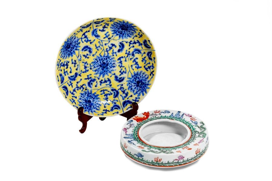 Lot consisting of a plate and an ashtray in porcelainChina, 20th century in diff…
