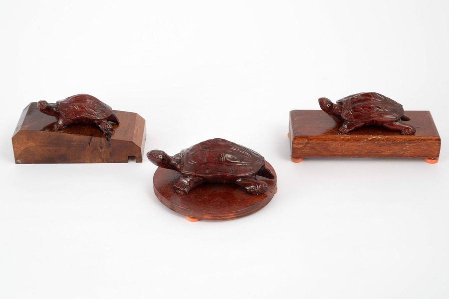 Lot of three wooden sculptures depicting turtlesOriental manufacture, second hal…