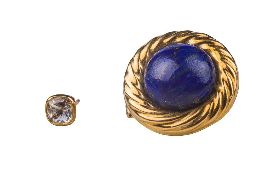 Lot of two unmatched 18 kt yellow gold earrings one with lapis lazuli cabochon, …