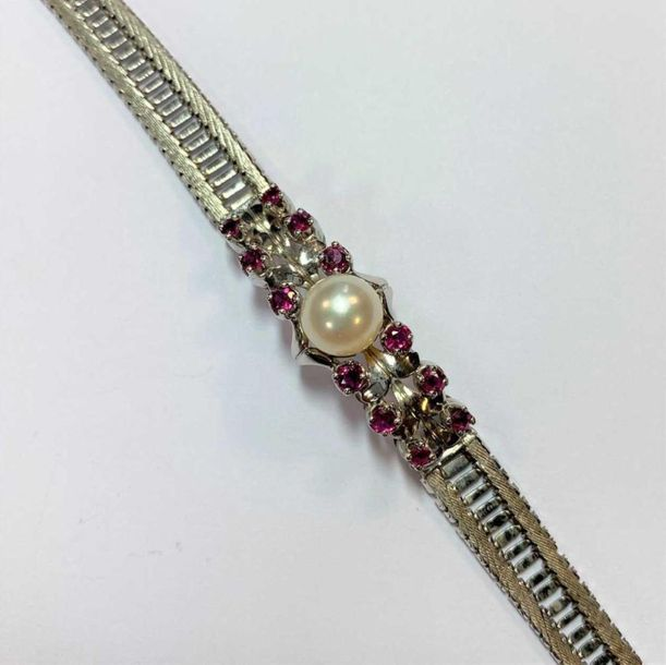With a central 8mm cultured pearl flanked by six graduating round faceted rubies…