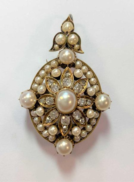 The central section comprising an oval pearl, 7.2 x 6.2mm surrounded by eight pe…