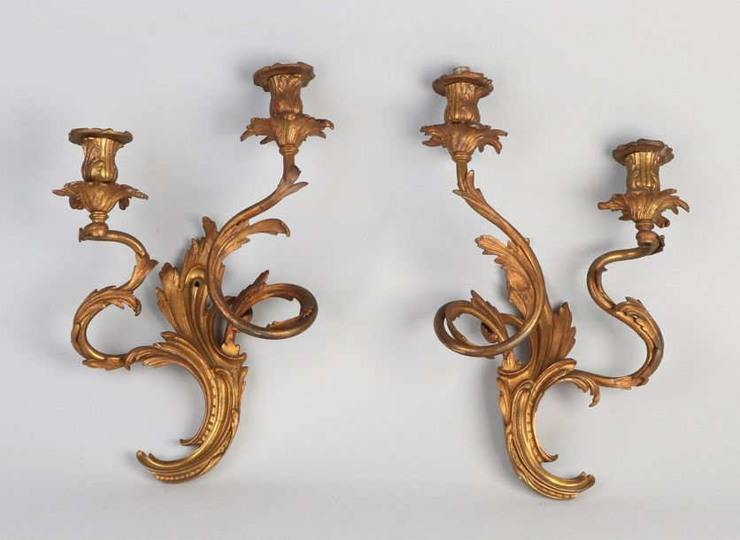 2x Rococo style wall lamps Two antique gilded bronze Rococo style wall lamps. Ci…