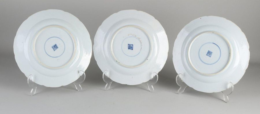 Three 18th century Chinese porcelain Family Rose plates with valuables / gold de…