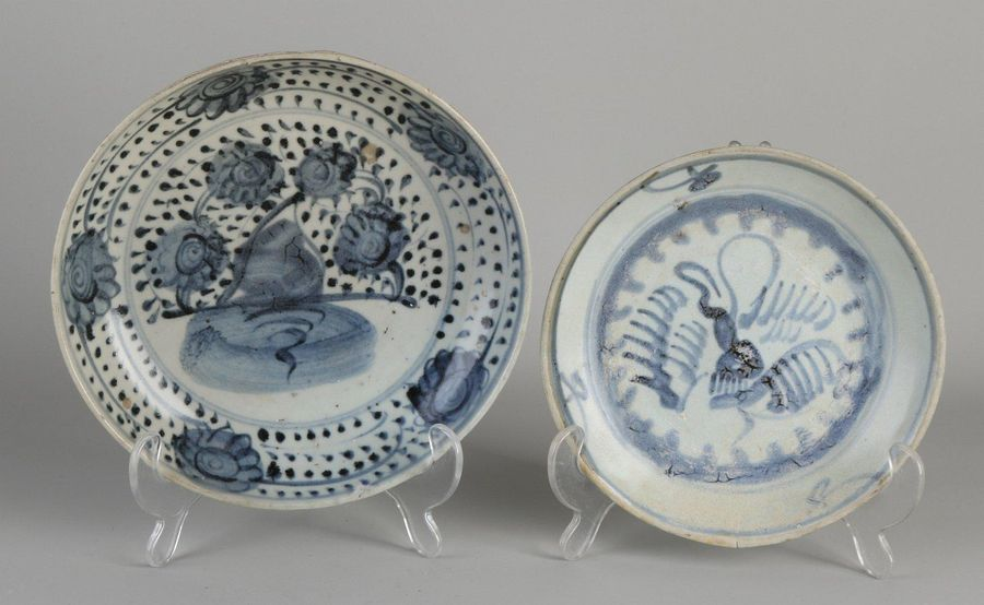 Two Chinese porcelain plates. Cargo. 16th 17th Century style. Size: 18 Ø 20.7 cm…