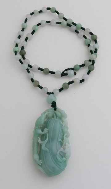 Knotted necklace of jade beads, ø 7mm, with a large beautifully carved jade pend…