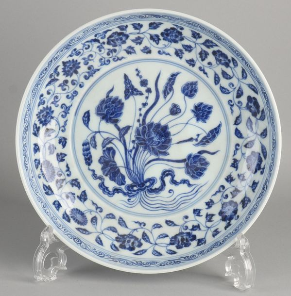 Chinese blue and white porcelain plate with floral decoration. Dimensions: Ø 24.…