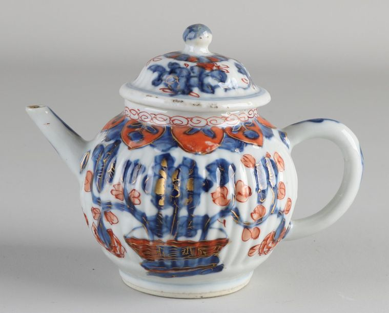18th century Chinese Imari porcelain teapot with floral / gold decoration. Minim…