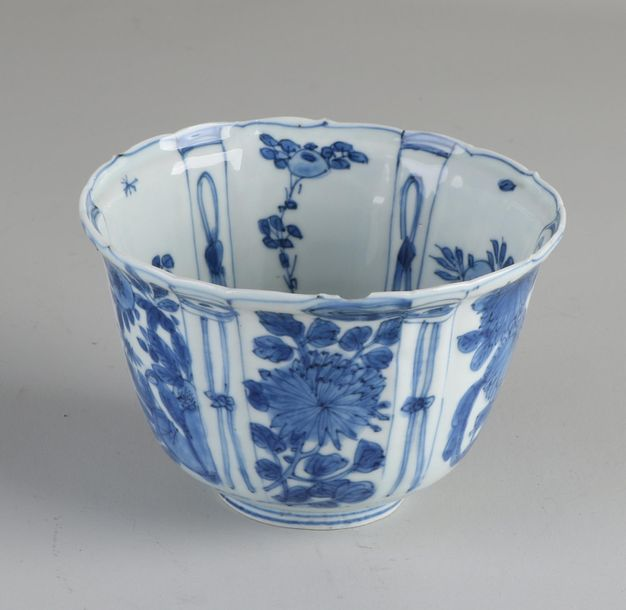 17th 18th Century Chinese kraak porcelain bowl with floral / bird on rock decora…