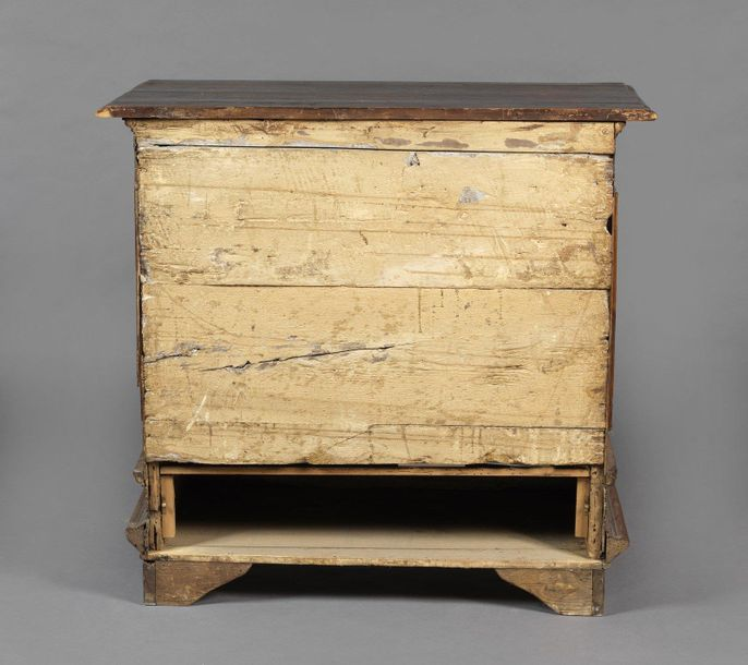 ITALY 17th CENTURY ITALY 17th CENTURY Carved walnut wood chest of drawers with t…