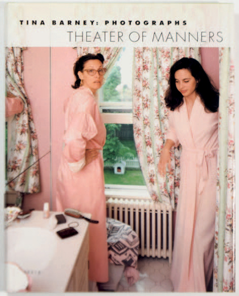 "TINA BARNEY 1945 ""Theater of Manners"", Scalo, 1997, 256 pages. Ouvrage relié avec…"