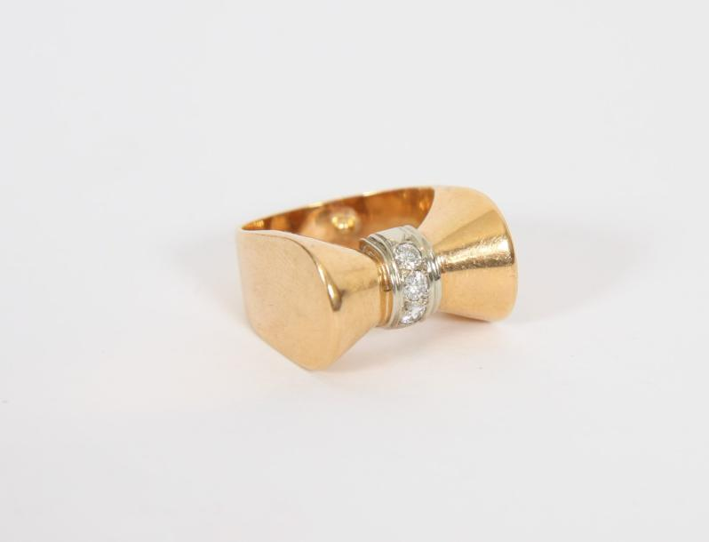 BAGUE OR ET DIAMANTS  En or jaune 18 K et diamants 0,150 K.  Pb : 7,40 g