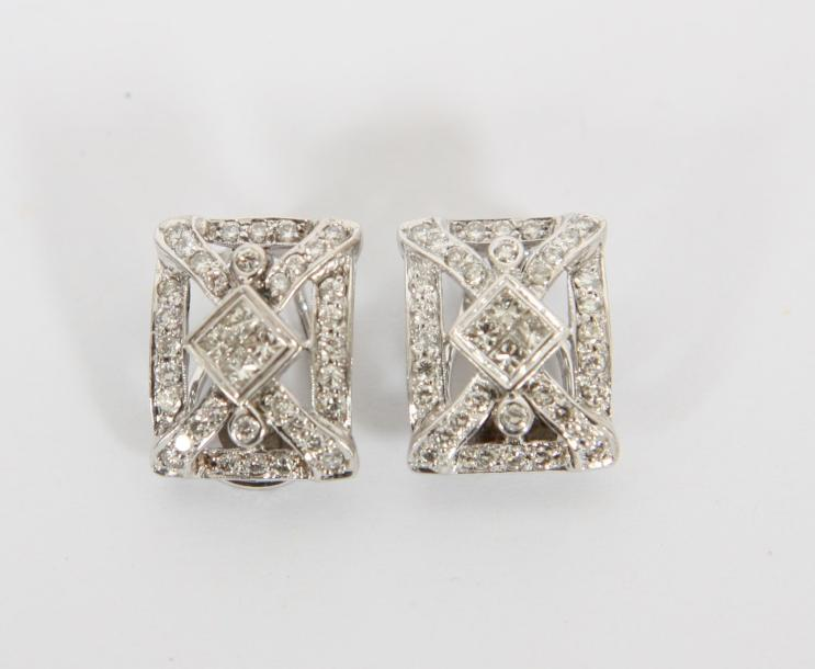 BOUCLES D'OREILLES OR BLANC ET DIAMANTS  En or blanc 18 K et diamants de 1,260 K.…