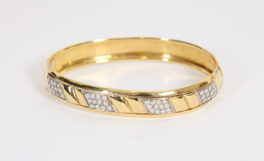 BRACELET RIGIDE EN OR JAUNE ET DIAMANTS  En or jaune 18 K orné de diamants 1,5 K.…