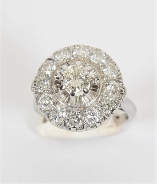 BAGUE OR BLANC ET DIAMANTS  En or gris 18 K ornée de diamants 2,30 K.  Pb : 9,4…
