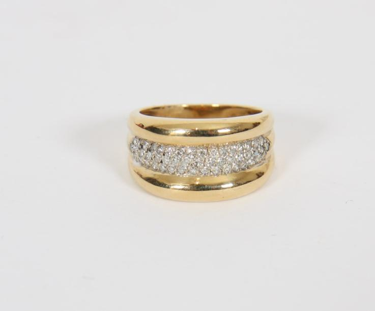 BAGUE DOUBLE JONC OR DIAMANTS  En or jaune 18 K ornée de diamants 0,490 K.  Pb :…