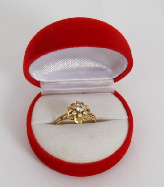 BAGUE FLEUR SEPT DIAMANTS  Monture or jaune 18 carats ornée de sept diamants dont…