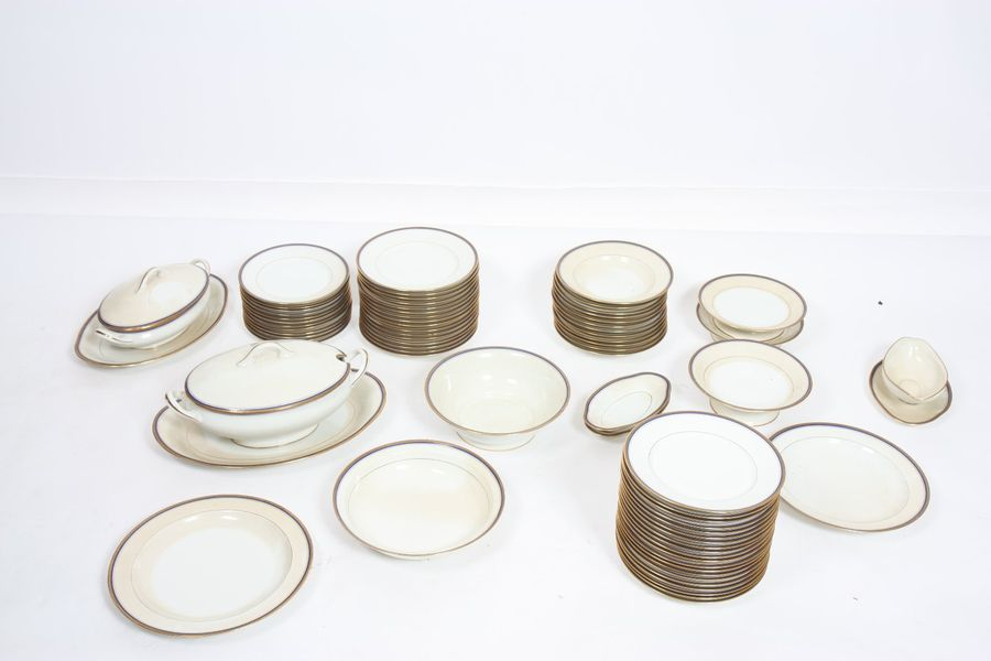 "PARTIE DE SERVICE DE TABLE ""BLANC ET OR"" EN PORCELAINE DE LIMOGES 71 PIECES  En…"