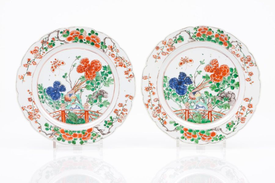 "A pair of scalloped plates Chinese export porcelain  ""Famille Verte"" enamelled d…"