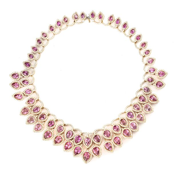 COLLIER DRAPERIE En or rose 18k (750), stylisé de deux rangs de tourmalines piri…