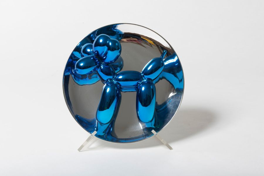 JEFF KOONS (né en 1965) Balloon Dog (Blue),2002. Objet-multiple. Assiette en porcelaine…