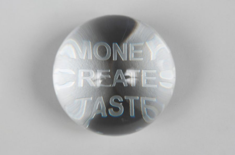 JENNY HOLZER (née en 1950) Money creates taste,2004. Sculpture-multiple. Presse-papiers…