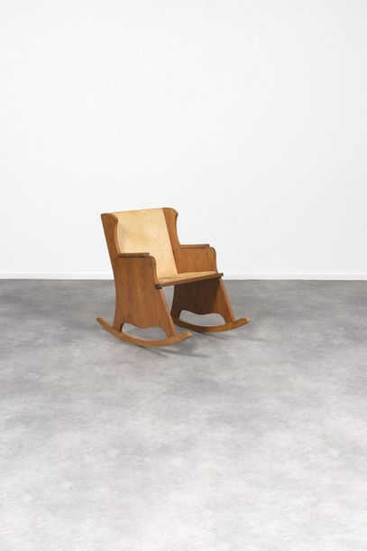AXEL EINAR HJORTH (1888-1959) Lovö Fauteuil à bascule Pin. Rocking chair Den. Circa…