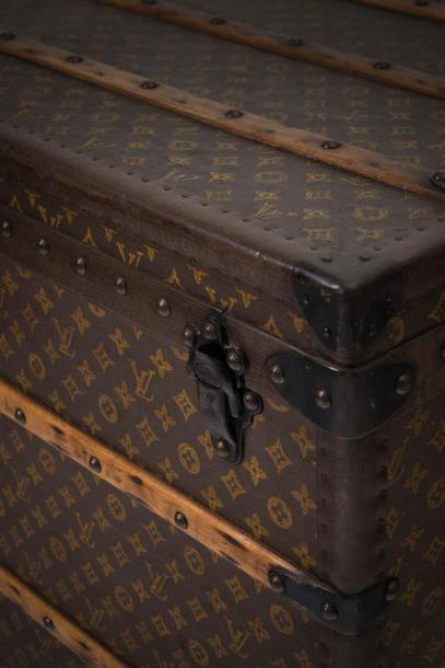 LOUIS VUITTON Louis VUITTON  Champs Elysées, n°742721  Malle courrier en toile Monogram,…