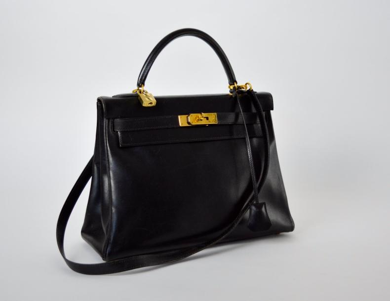 "HERMES PARIS made in France. Année 1995 Sac ""Kelly"" en box noir, attaches et fermoir…"