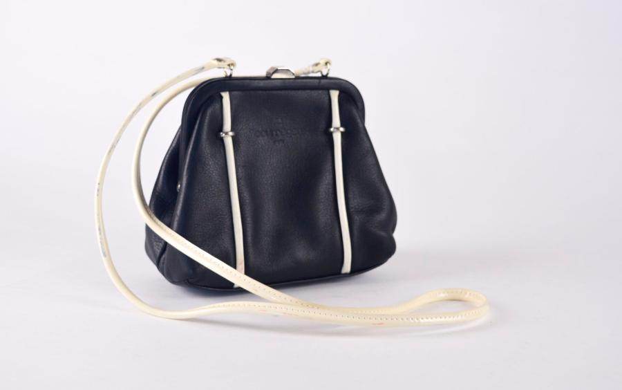 COURREGES Paris made in France. Circa 1970 Petit sac de forme bourse en cuir bleu…