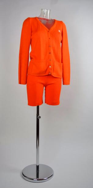 COURREGES PARIS made in France. Circa 1970 Lot en lainage orange comprenant un cardigan…