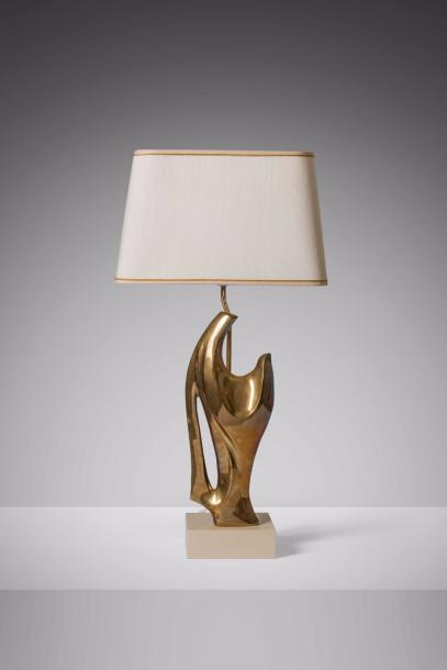 PHILIPPE JEAN (1931-1987) Lampe à poser Laiton et travertin. Tafel lamp Messing en…