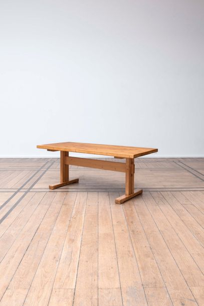 CHARLOTTE PERRIAND (1903-1999) Longue table Pin. Tafel Den. Circa 1968. H.71 cm L.180…