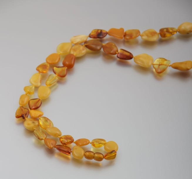 Collier de perles d'ambre, fermoir à vis  Long. : 80 cm env