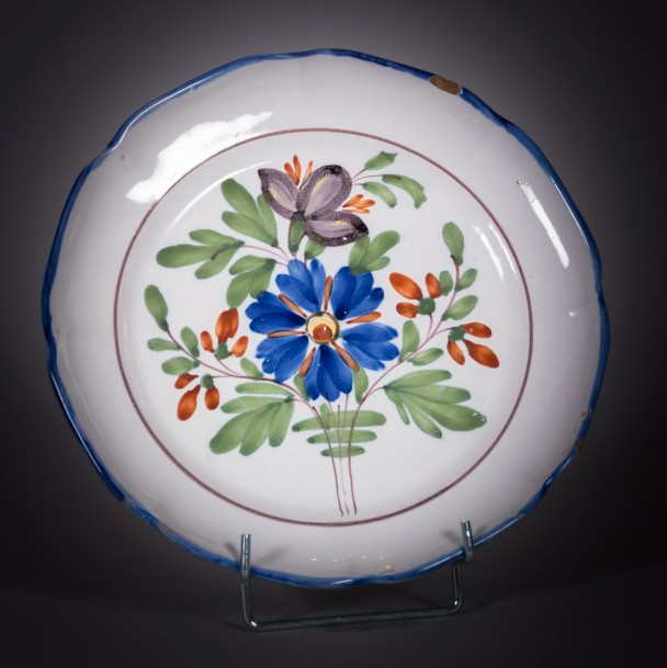 NEVERS  Assiette à bord chantourné en faïence à décor polychrome d'un bouquet à…