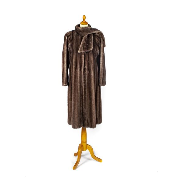 HALIFAX Couture HALIFAX Couture rue Saint Honoré Paris Long manteau en vison gri…