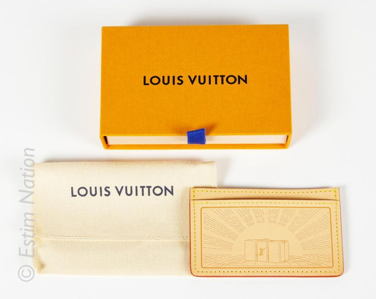 LOUIS VUITTON 2016 PORTE CARTE à trois compartiments en cuir naturel frappé d'un…
