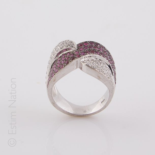 BAGUE DIAMANTS RUBIS Importante bague en or gris 18K (750/°°) rehaussée de motif…