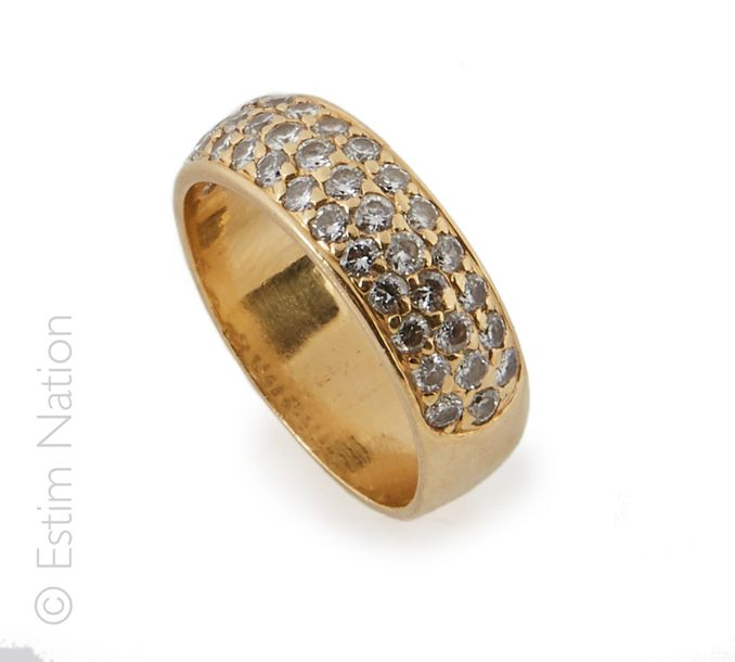 DEMI ALLIANCE EN OR JAUNE ET DIAMANTS Une demi alliance en or jaune 18K (750°/00…