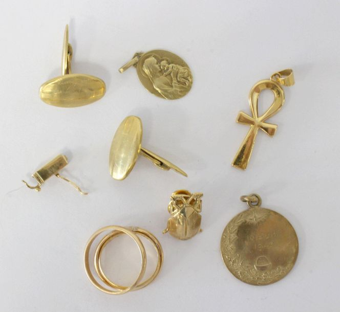 LOT D'OR (750) LOT D'OR (750) comprenant trois alliances, clip scarabé, pendenti…