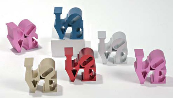 ROBERT INDIANA, (né en 1928) Love Ensemble de six multiples en aluminium brossé (bleu,…