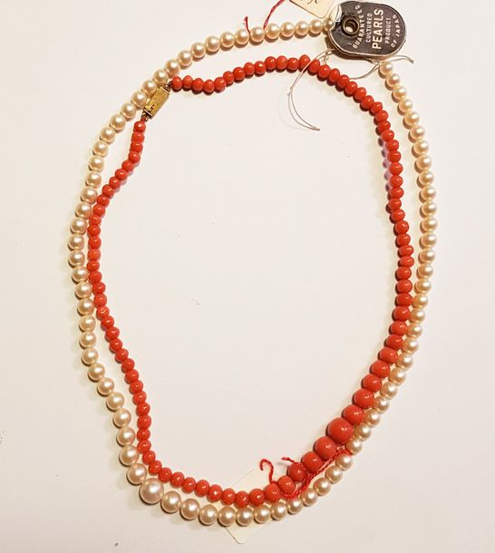 Collier de perles de culture en chute. On joint un collier de perles de corail en…