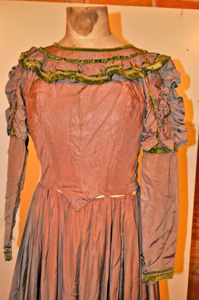 Robe style 1830 couleur taupe et vert