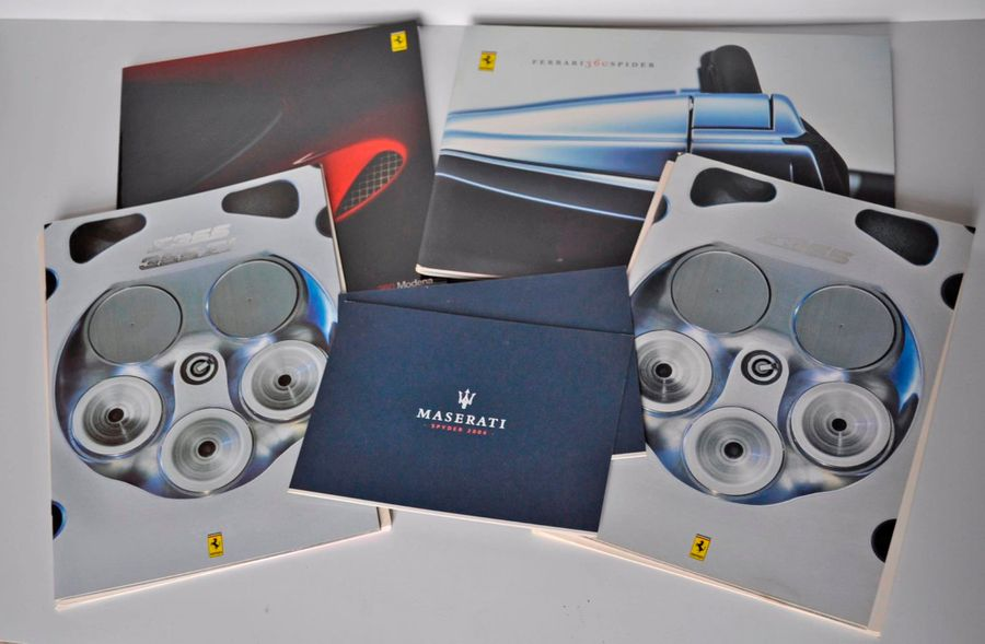Lot de 4 brochures relatives aux ferrari 355 et 360 Modena, on joint 2 cartes Maserati…