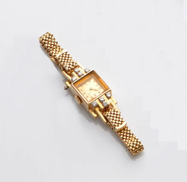 BRACELET montre de dame carrée, en or jaune (750 millième), attache sertie de diamants…